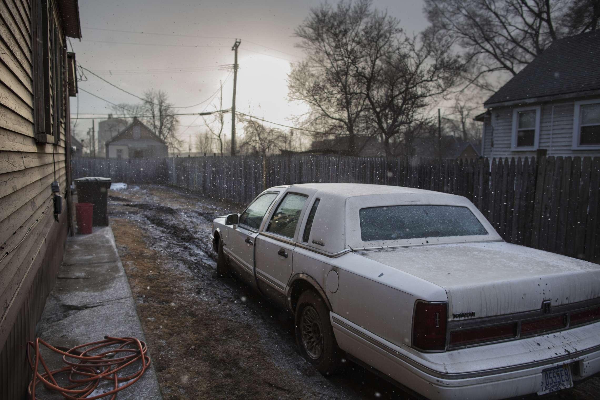00619 08. Dokumentar utland 26.03.2014 04/10 Livet blant ruinene Ved elven Rouge River i Detroit står tomme boliger og hus som fortsatt er i bruk side om side. Området er preget av tung industri, og fortsatt driver Ford en stor fabrikk i området. Detroit var stedet hvor middelklassen ble skapt, mye takket være bilindustrien med Ford og General Motors i spissen. Hundretusener flyttet til byen, og den vokste raskt, og med gode lønninger og arbeid for alle, vokste forbruket. Men klasseskille, rasisme, opptøyer, korrupsjon og ikke minst stigende arbeidsledighet fra 1970-tallet førte til at mange forlot den en gang så pulserende byen. Tilbake sto tomme fabrikker, boliger, butikker, skoler, sykehus og andre offentlige bygninger. På begynnelsen av 1950-tallet bodde det over 1,8 millioner mennesker i Detroit, i dag rundt 700.000. I juli 2013 gikk byen konkurs, den største bykonkursen i amerikansk historie. Serien ble påbegynt i 2014 og avsluttet i 2015.
