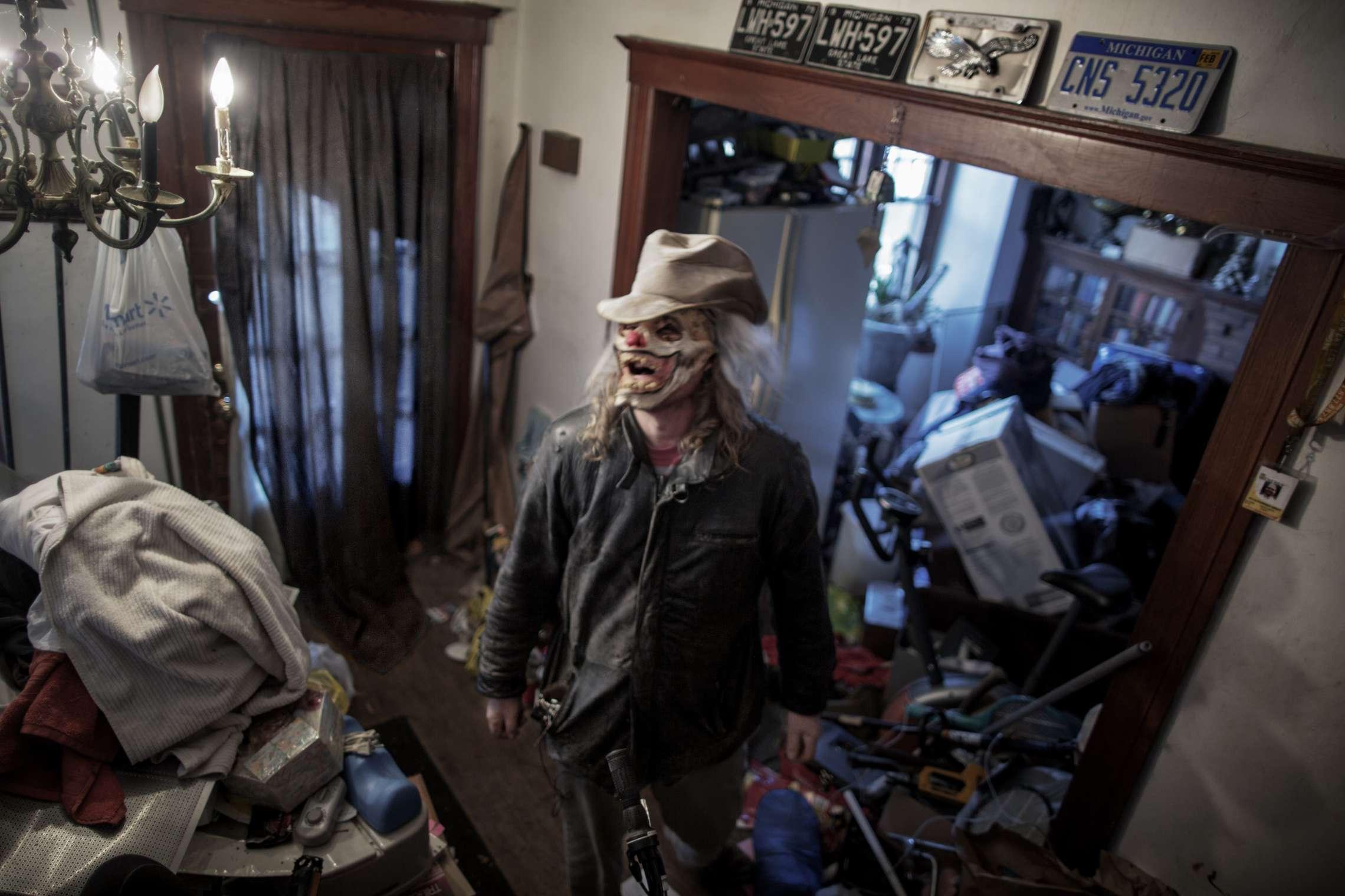 """00619 08. Dokumentar utland 13.11.2015 05/10 Rob """"Budd"""" Robert Borduin kjøper opp tomme boliger og andre bygninger på auksjon for rundt 4.000 kroner stykket. Deretter reparerer han de mest prekære skadene, før han leier de ut til folk som trenger et sted å bo for en billig penge. Hjemme i sitt eget hus samler han på alt som kan komme til nytte så boligen er kaotisk. Detroit var stedet hvor middelklassen ble skapt, mye takket være bilindustrien med Ford og General Motors i spissen. Hundretusener flyttet til byen, og den vokste raskt, og med gode lønninger og arbeid for alle, vokste forbruket. Men klasseskille, rasisme, opptøyer, korrupsjon og ikke minst stigende arbeidsledighet fra 1970-tallet førte til at mange forlot den en gang så pulserende byen. Tilbake sto tomme fabrikker, boliger, butikker, skoler, sykehus og andre offentlige bygninger. På begynnelsen av 1950-tallet bodde det over 1,8 millioner mennesker i Detroit, i dag rundt 700.000. I juli 2013 gikk byen konkurs, den største bykonkursen i amerikansk historie. Serien ble påbegynt i 2014 og avsluttet i 2015."""