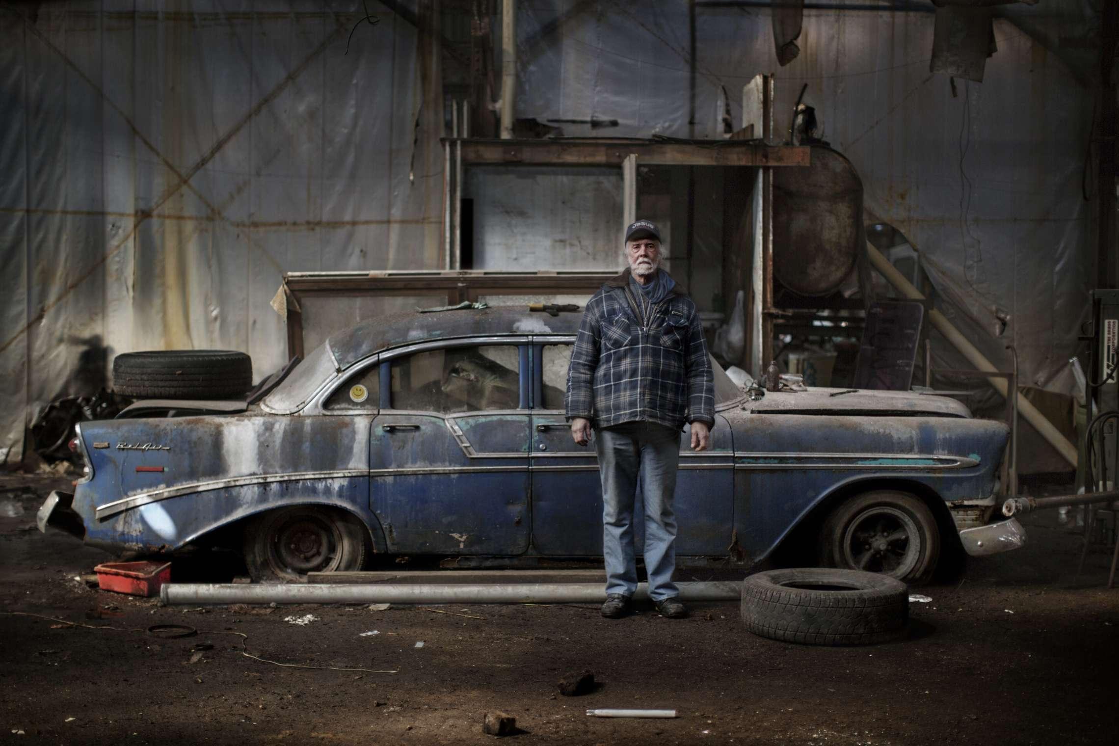 00619 08. Dokumentar utland 21.03.2014 09/10 Livet blant ruinene Allan Hill lever i en av de største ruinene i Detroit, Packard Plant. Fabrikken produserte biler fra 1903 og var da den åpnet den mest moderne bilfabrikk i verden. I 1958 stengte fabrikken, og selv om andre bedrifter brukte bygningene, har den stått helt forlatt siden begynnelsen av 1990-tallet. Allan er en selvutnevnt vaktmester i den 325.000 kvadratmeter store ruinen. Detroit var stedet hvor middelklassen ble skapt, mye takket være bilindustrien med Ford og General Motors i spissen. Hundretusener flyttet til byen, og den vokste raskt, og med gode lønninger og arbeid for alle, vokste forbruket. Men klasseskille, rasisme, opptøyer, korrupsjon og ikke minst stigende arbeidsledighet fra 1970-tallet førte til at mange forlot den en gang så pulserende byen. Tilbake sto tomme fabrikker, boliger, butikker, skoler, sykehus og andre offentlige bygninger. På begynnelsen av 1950-tallet bodde det over 1,8 millioner mennesker i Detroit, i dag rundt 700.000. I juli 2013 gikk byen konkurs, den største bykonkursen i amerikansk historie. Serien ble påbegynt i 2014 og avsluttet i 2015.