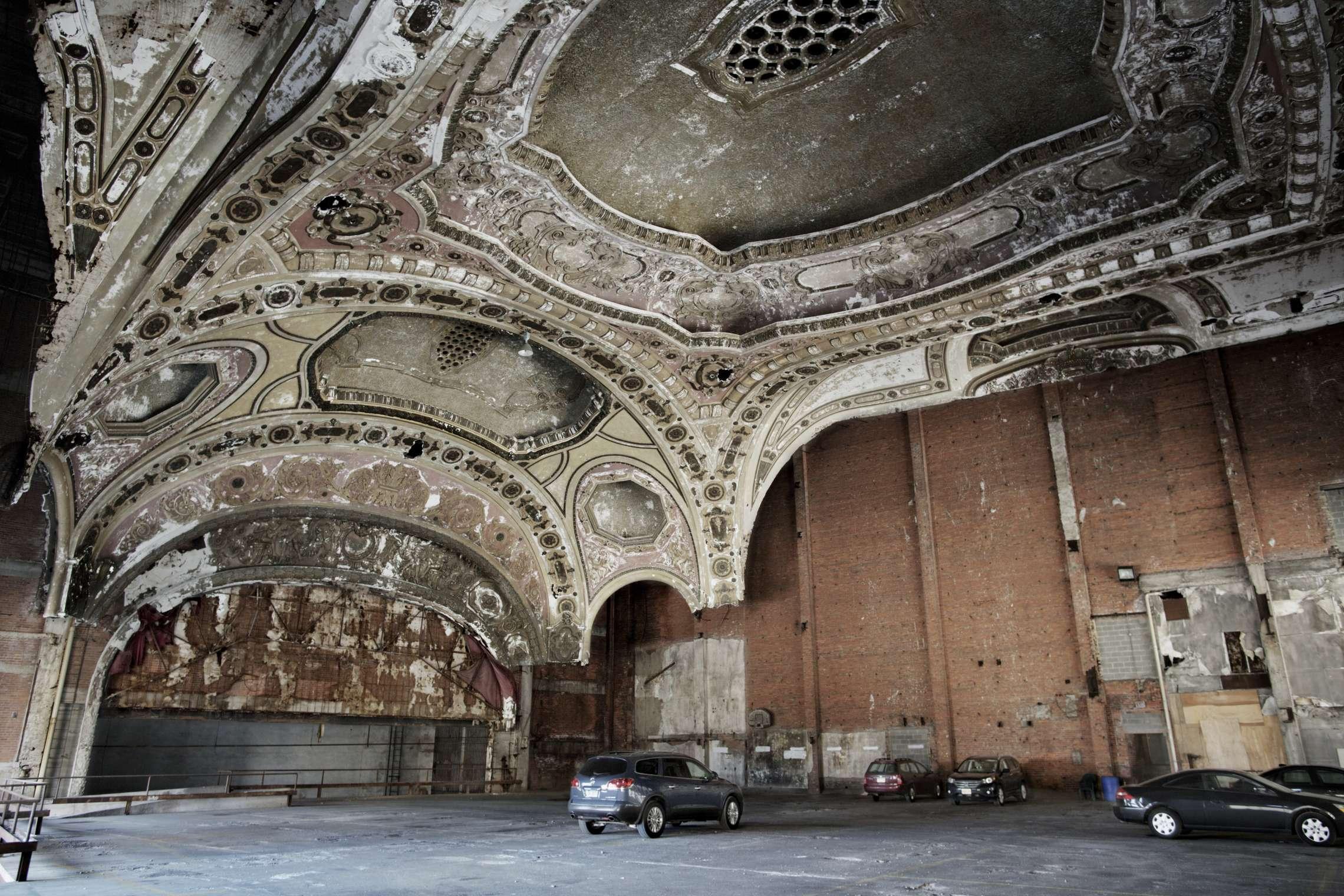 00619 08. Dokumentar utland 24.03.2014 10/10 Livet blant ruinene Detroit Michigan teater ble bygget på stedet hvor Henry Ford startet sin bilproduksjon, i sentrum av byen. Teateret hadde 4.000 sitteplasser, men måtte stenge midt på 1960-tallet på grunn av økonomiske nedgangstider. I dag er teateret et parkeringshus. Detroit var stedet hvor middelklassen ble skapt, mye takket være bilindustrien med Ford og General Motors i spissen. Hundretusener flyttet til byen, og den vokste raskt, og med gode lønninger og arbeid for alle, vokste forbruket. Men klasseskille, rasisme, opptøyer, korrupsjon og ikke minst stigende arbeidsledighet fra 1970-tallet førte til at mange forlot den en gang så pulserende byen. Tilbake sto tomme fabrikker, boliger, butikker, skoler, sykehus og andre offentlige bygninger. På begynnelsen av 1950-tallet bodde det over 1,8 millioner mennesker i Detroit, i dag rundt 700.000. I juli 2013 gikk byen konkurs, den største bykonkursen i amerikansk historie. Serien ble påbegynt i 2014 og avsluttet i 2015.
