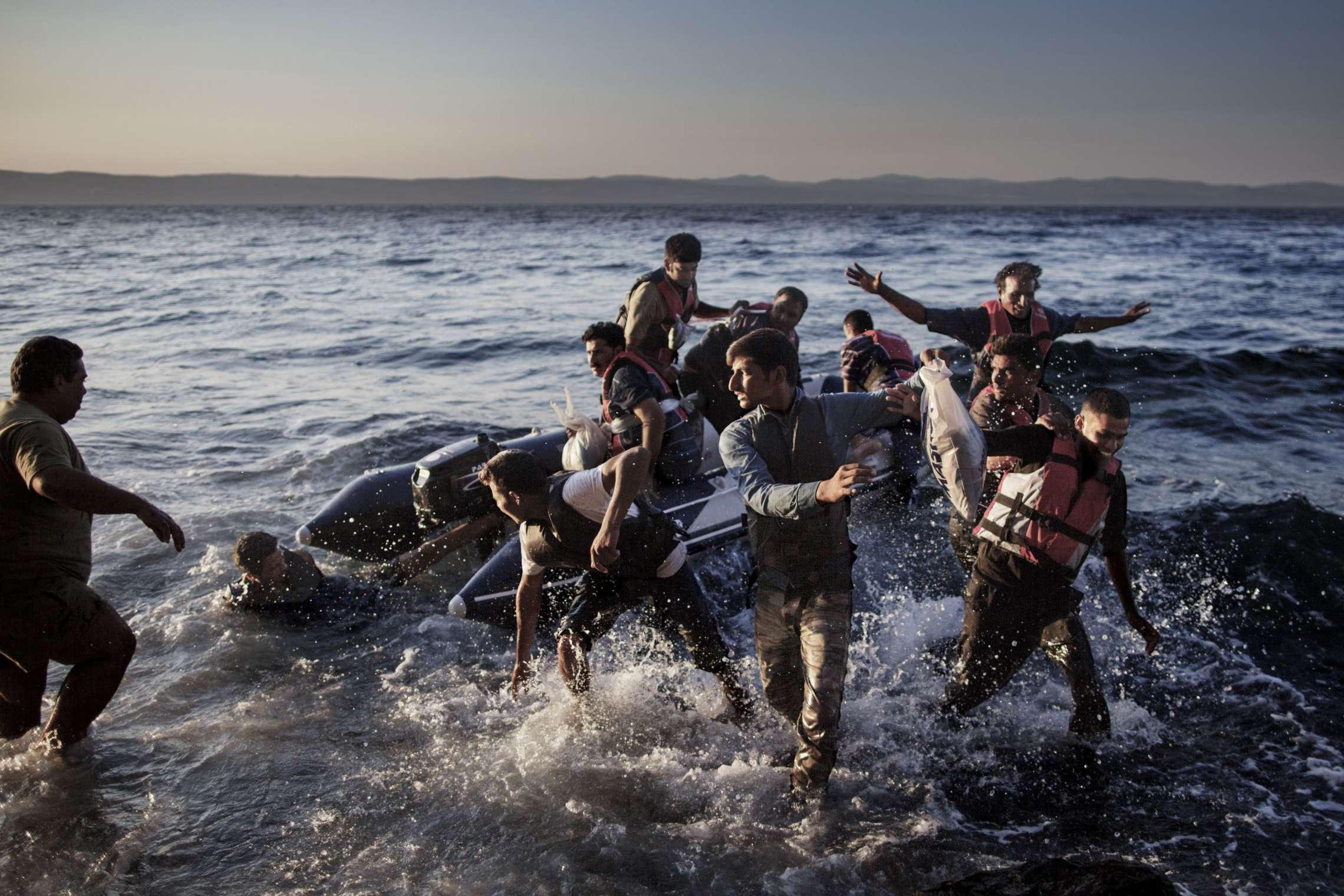 00619 08. Dokumentar utland 21.07.2015 03/10 Flukten til Europa Flyktninger hopper ut av gummibåten i det de ankommer den greske øya Lesbos. Hver dag ankom rundt 2.000 mennesker på flukt den greske ferieøya, noe som gjorde at mottakssystemet kollapset. Reisen fra Tyrkia tar en time og hver person betaler rundt 7.000 kroner for overfarten. Etter at de kommer til land, kutter de hull i gummibåtene i frykt for å bli sendt tilbake. Over en million flyktninger har kommet til Europa i 2015 via sjøveien, en stor andel av dem syrere som rømmer fra den brutale borgerkrigen i deres hjemland. De aller fleste av dem har fulgt ruten gjennom Tyrkia, Hellas, Balkan til nord-Europa. Tusener har omkommet i overfylte båter på Middelhavet, desperate flyktninger har levd i overfylte leire, europeiske myndigheter har stått overfor den største flyktningkrisen på kontinentet siden 2. verdenskrig. Krisen har skapt splittelse i EU, grensegjerder har blitt bygget, men mest av alt har den bragt de globale utfordringene inn på vår dørstokk. Jeg fulgte i flyktningene fotspor, fra grensen mellom Syria og Tyrkia, til Hellas, Makedonia, Serbia, Kroatia, Slovenia til Tyskland.