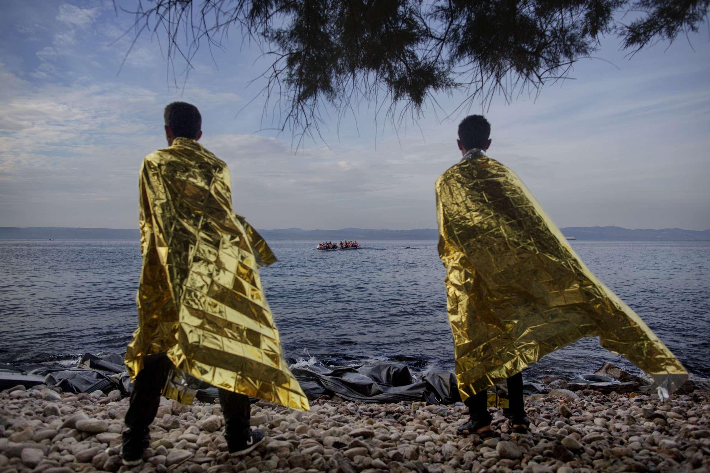 00619 08. Dokumentar utland 09.09.2015 04/10 Flukten til Europa To menn som ankom Lesbos noen minutter tidligere, forsøker å få tilbake vamen med varmefolier delt ut av frivillige mens de ser to nye gummibåter med flyktninger ankomme. Denne dagen kom rundt 40 båter til den greske øya med mer enn 2.000 flyktninger. Over en million flyktninger har kommet til Europa i 2015 via sjøveien, en stor andel av dem syrere som rømmer fra den brutale borgerkrigen i deres hjemland. De aller fleste av dem har fulgt ruten gjennom Tyrkia, Hellas, Balkan til nord-Europa. Tusener har omkommet i overfylte båter på Middelhavet, desperate flyktninger har levd i overfylte leire, europeiske myndigheter har stått overfor den største flyktningkrisen på kontinentet siden 2. verdenskrig. Krisen har skapt splittelse i EU, grensegjerder har blitt bygget, men mest av alt har den bragt de globale utfordringene inn på vår dørstokk. Jeg fulgte i flyktningene fotspor, fra grensen mellom Syria og Tyrkia, til Hellas, Makedonia, Serbia, Kroatia, Slovenia til Tyskland.