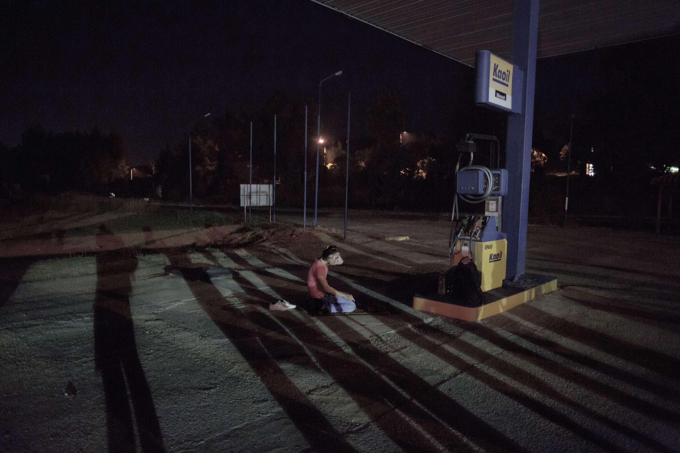 00619 08. Dokumentar utland 05.08.2015 06/10 Flukten til Europa En ung mann ber på bensinstasjonen ved byen Evzonoi i Hellas, rett ved grensen til Makedonia, før han sammen med andre flyktninger skal krysse grensen til fots. Hundrevis av flyktninger ankommer hver natt for å fortsette ferden mot nord-Europa. Over en million flyktninger har kommet til Europa i 2015 via sjøveien, en stor andel av dem syrere som rømmer fra den brutale borgerkrigen i deres hjemland. De aller fleste av dem har fulgt ruten gjennom Tyrkia, Hellas, Balkan til nord-Europa. Tusener har omkommet i overfylte båter på Middelhavet, desperate flyktninger har levd i overfylte leire, europeiske myndigheter har stått overfor den største flyktningkrisen på kontinentet siden 2. verdenskrig. Krisen har skapt splittelse i EU, grensegjerder har blitt bygget, men mest av alt har den bragt de globale utfordringene inn på vår dørstokk. Jeg fulgte i flyktningene fotspor, fra grensen mellom Syria og Tyrkia, til Hellas, Makedonia, Serbia, Kroatia, Slovenia til Tyskland.