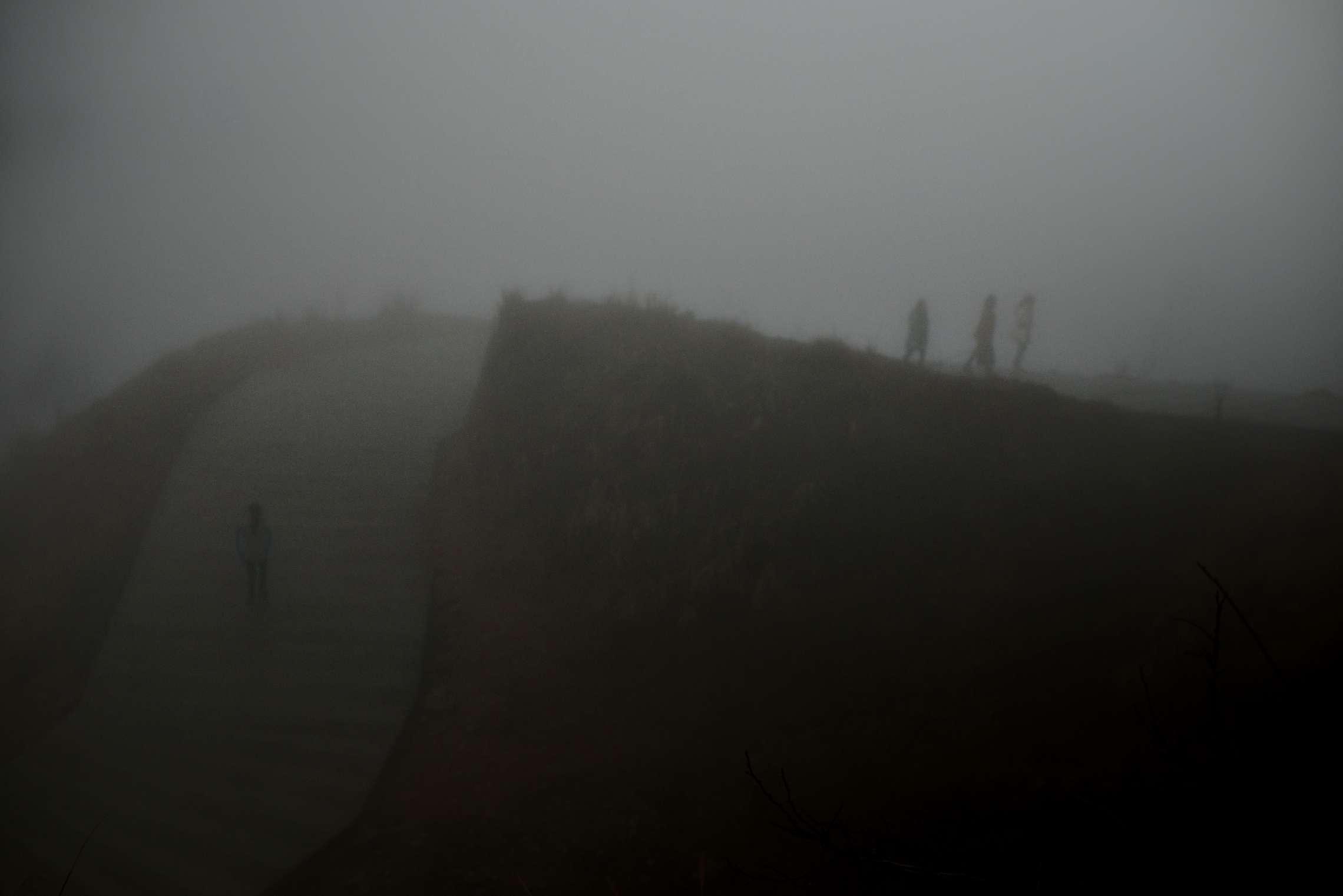 PK-nr: 10968 Kategori: 8, dokumentar utlandDato: 23.02.2015 Tittel: Hun reiser i morgen Hovedtekst: Siden 1978 har Kina opplevd den største folkevandringen i verdenshistorien. Nærmere 160 millioner kinesere har reist fra lutfattige landsbyer for å finne arbeid i byene. I fjellandsbyen Hangsha i Hunan provinsen, står Rong Shi Yu (14) på klippen sammen med barndomsvenninnene sine, hånd i hånd på høye hæler, mens de blåser rosa bobler. De synger om gutter de ennå ikke vet hvem er, som skal gjøre dem lykkelige, og kanskje velstående. De synger om å høre til her i Lu Dong-fjellene, men i morgen pakker de trillekoffertene, reiser fra alt de kjenner, mot kysten og storbyene. Der venter Kinas mest effektive fabrikker med ti kroner i timen, ti timer hver dag. Men der venter også mulighetene for økonomisk uavhengighet. Bildetekst: