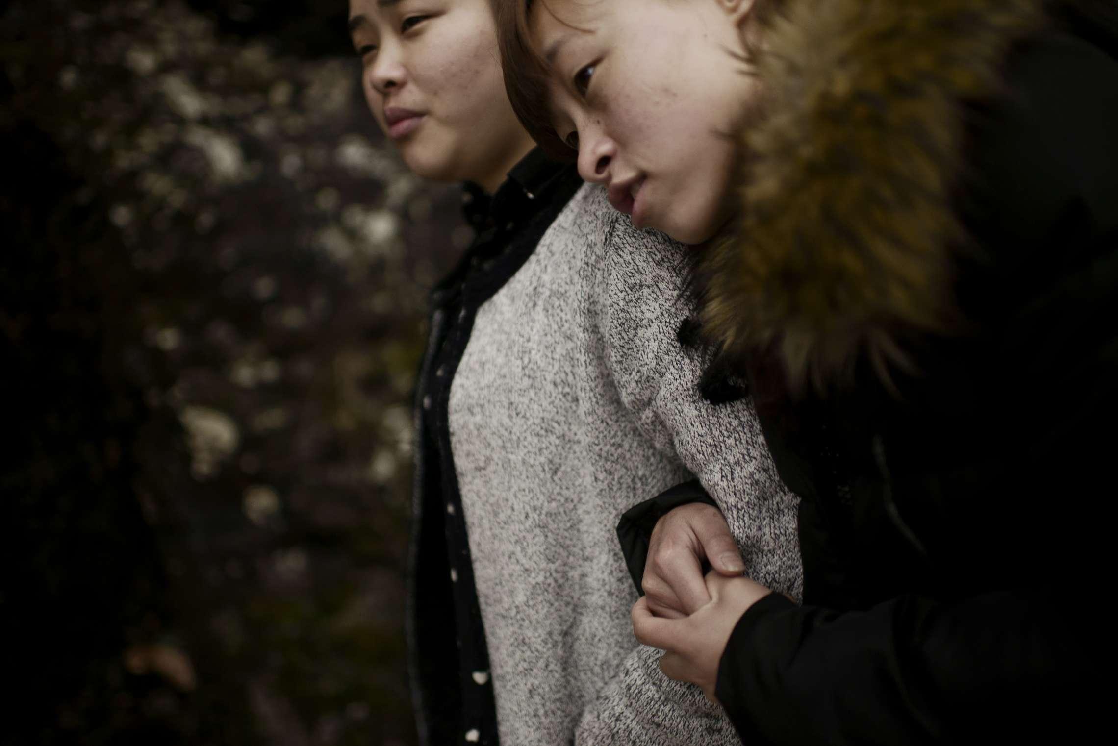 PK-nr: 10968 Kategori: 8, dokumentar utland Dato: 23.02.2015 Tittel: Hun reiser i morgen Hovedtekst: Siden 1978 har Kina opplevd den største folkevandringen i verdenshistorien. Nærmere 160 millioner kinesere har reist fra lutfattige landsbyer for å finne arbeid i byene. I fjellandsbyen Hangsha i Hunan provinsen, står Rong Shi Yu (14) på klippen sammen med barndomsvenninnene sine, hånd i hånd på høye hæler, mens de blåser rosa bobler. De synger om gutter de ennå ikke vet hvem er, som skal gjøre dem lykkelige, og kanskje velstående. De synger om å høre til her i Lu Dong-fjellene, men i morgen pakker de trillekoffertene, reiser fra alt de kjenner, mot kysten og storbyene. Der venter Kinas mest effektive fabrikker med ti kroner i timen, ti timer hver dag. Men der venter også mulighetene for økonomisk uavhengighet. Bildetekst: Shi Yu Pun (23) og Shi Yu Zheng (18).