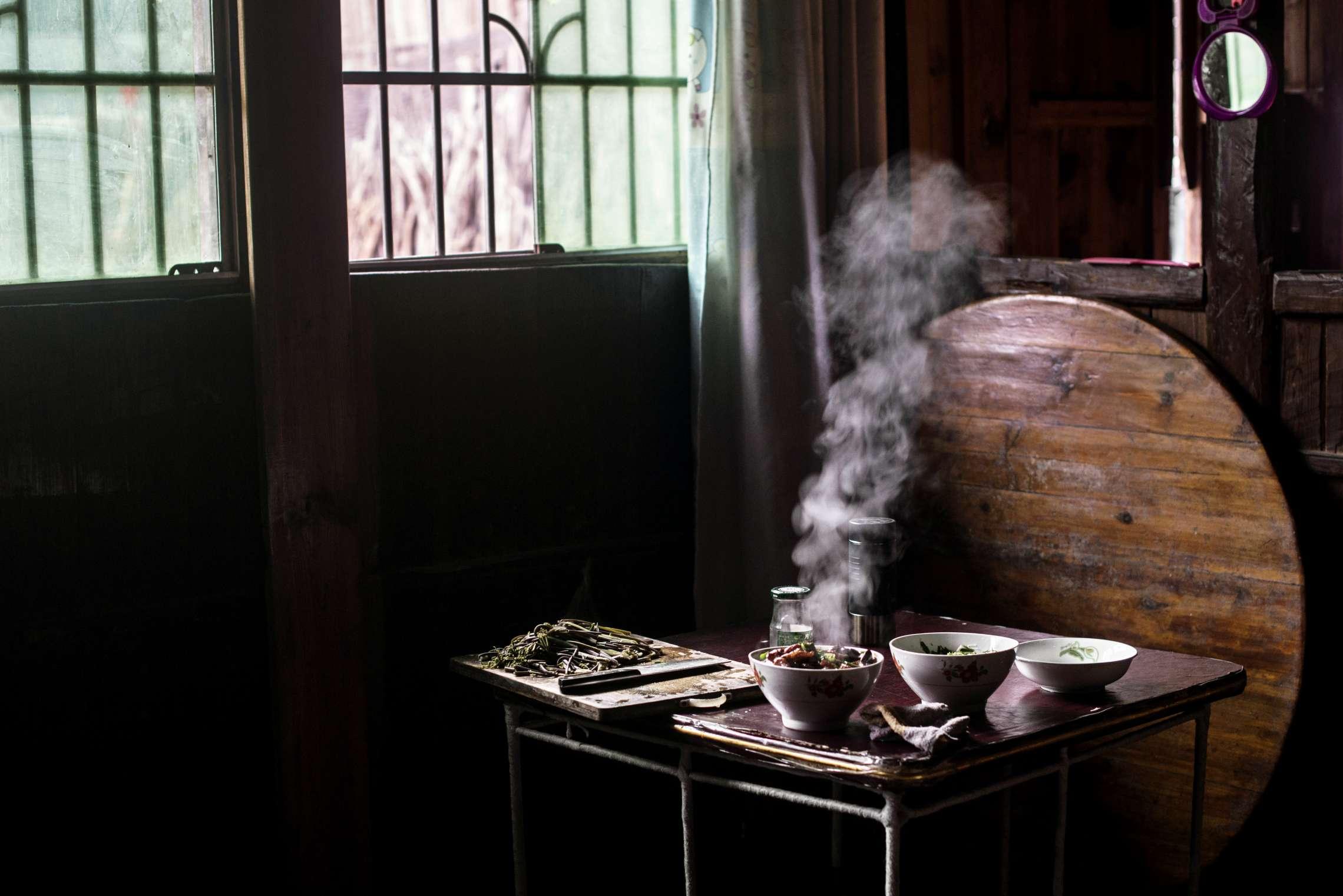 PK-nr: 10968 Kategori: 8, dokumentar utland Dato: 01.03.2015 10.45 Tittel: Hun reiser i morgen Hovedtekst: Siden 1978 har Kina opplevd den største folkevandringen i verdenshistorien. Nærmere 160 millioner kinesere har reist fra lutfattige landsbyer for å finne arbeid i byene. I fjellandsbyen Hangsha i Hunan provinsen, står Rong Shi Yu (14) på klippen sammen med barndomsvenninnene sine, hånd i hånd på høye hæler, mens de blåser rosa bobler. De synger om gutter de ennå ikke vet hvem er, som skal gjøre dem lykkelige, og kanskje velstående. De synger om å høre til her i Lu Dong-fjellene, men i morgen pakker de trillekoffertene, reiser fra alt de kjenner, mot kysten og storbyene. Der venter Kinas mest effektive fabrikker med ti kroner i timen, ti timer hver dag. Men der venter også mulighetene for økonomisk uavhengighet. Bildetekst: Fjellandsbyen Hangsha har rundt 6.000 innbyggere. De fleste lever av å dyrke te og ris. Likevel er de for mange mennesker til at alle kan brødfø seg.
