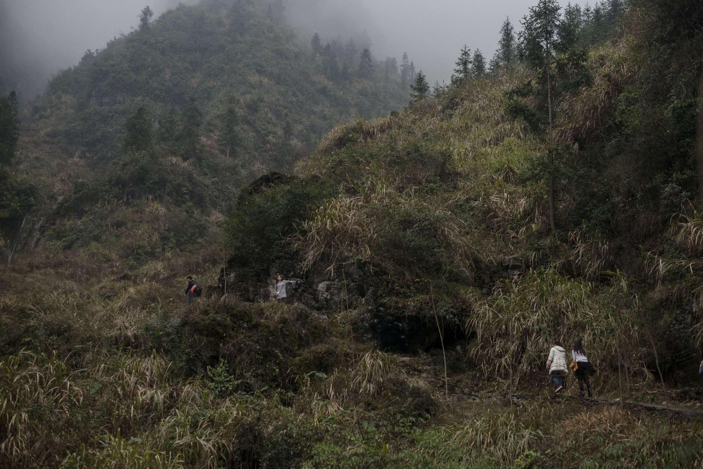 PK-nr: 10968Kategori: 8, dokumentar utlandDato: 24.02.2015Tittel: Hun reiser i morgenHovedtekst: Siden 1978 har Kina opplevd den største folkevandringen i verdenshistorien. Nærmere 160 millioner kinesere har reist fra lutfattige landsbyer for å finne arbeid i byene. I fjellandsbyen Hangsha i Hunan provinsen, står Rong Shi Yu (14) på klippen sammen med barndomsvenninnene sine, hånd i hånd på høye hæler, mens de blåser rosa bobler. De synger om gutter de ennå ikke vet hvem er, som skal gjøre dem lykkelige, og kanskje velstående. De synger om å høre til her i Lu Dong-fjellene, men i morgen pakker de trillekoffertene, reiser fra alt de kjenner, mot kysten og storbyene. Der venter Kinas mest effektive fabrikker med ti kroner i timen, ti timer hver dag. Men der venter også mulighetene for økonomisk uavhengighet. Bildetekst: Som en del av nyttårsfeiringen, går venninnegjengen opp til fjellet Lu Dong, som er hellig for Miao-minoriteten. Det er 1200 meter over havet, og toppene er alltid tåkelagte.