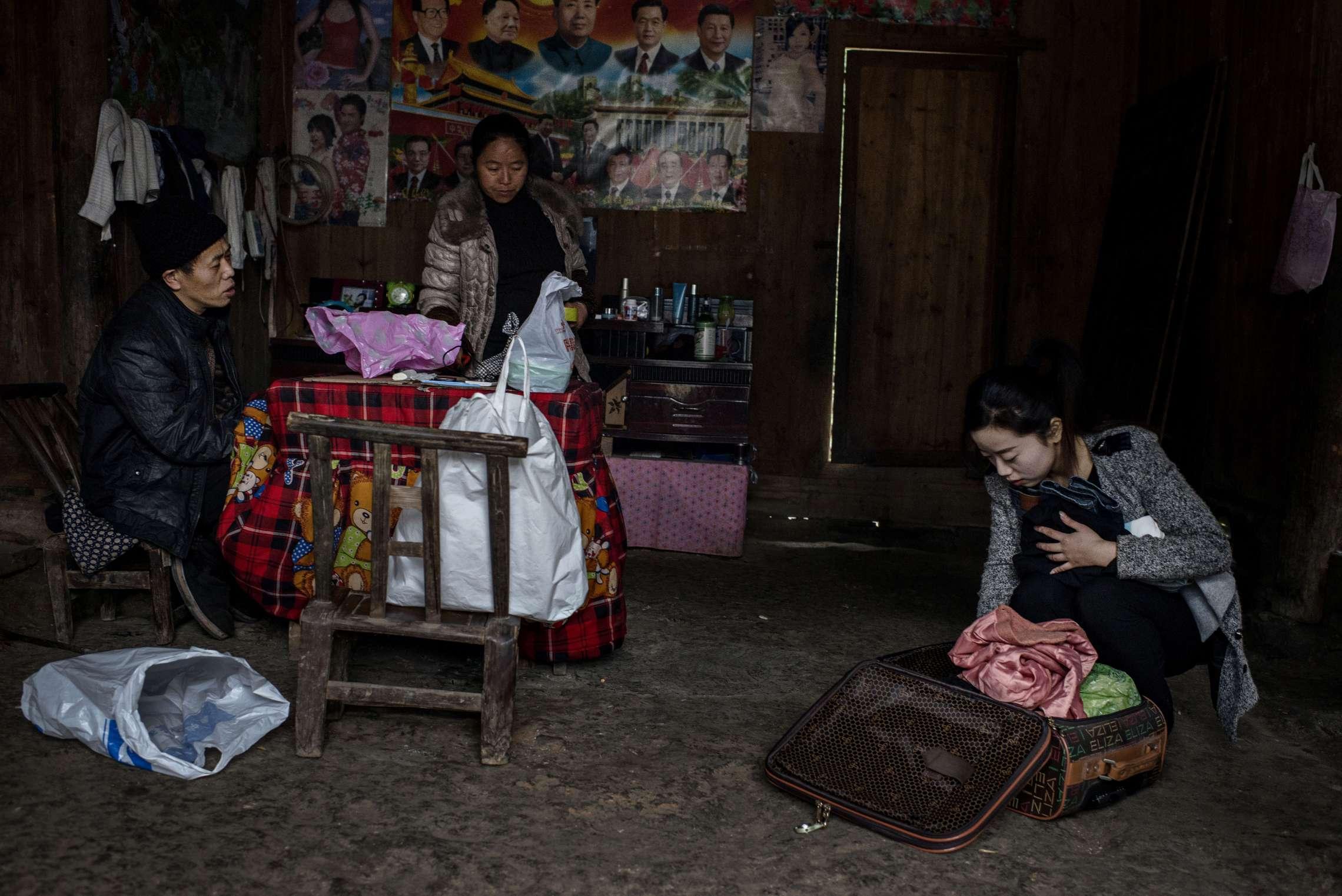 PK-nr: 10968Kategori: 8, dokumentar utlandDato: 03.03.2015Tittel: Hun reiser i morgenHovedtekst: Siden 1978 har Kina opplevd den største folkevandringen i verdenshistorien. Nærmere 160 millioner kinesere har reist fra lutfattige landsbyer for å finne arbeid i byene. I fjellandsbyen Hangsha i Hunan provinsen, står Rong Shi Yu (14) på klippen sammen med barndomsvenninnene sine, hånd i hånd på høye hæler, mens de blåser rosa bobler. De synger om gutter de ennå ikke vet hvem er, som skal gjøre dem lykkelige, og kanskje velstående. De synger om å høre til her i Lu Dong-fjellene, men i morgen pakker de trillekoffertene, reiser fra alt de kjenner, mot kysten og storbyene. Der venter Kinas mest effektive fabrikker med ti kroner i timen, ti timer hver dag. Men der venter også mulighetene for økonomisk uavhengighet. Bildetekst: Shi Pi Hua sjekker trillekofferten sin en siste gang. Hun har pakket for ett helt år. Foreldrene følger med. De sier ingenting. Og når den skranglete minibussen kan høres, og hun stiller seg på steinhellene utenfor, er det ingen tårer, bare en datter som grugleder seg og en mamma som legger et egg i håndflaten hennes, smiler forsiktig, lukker den.