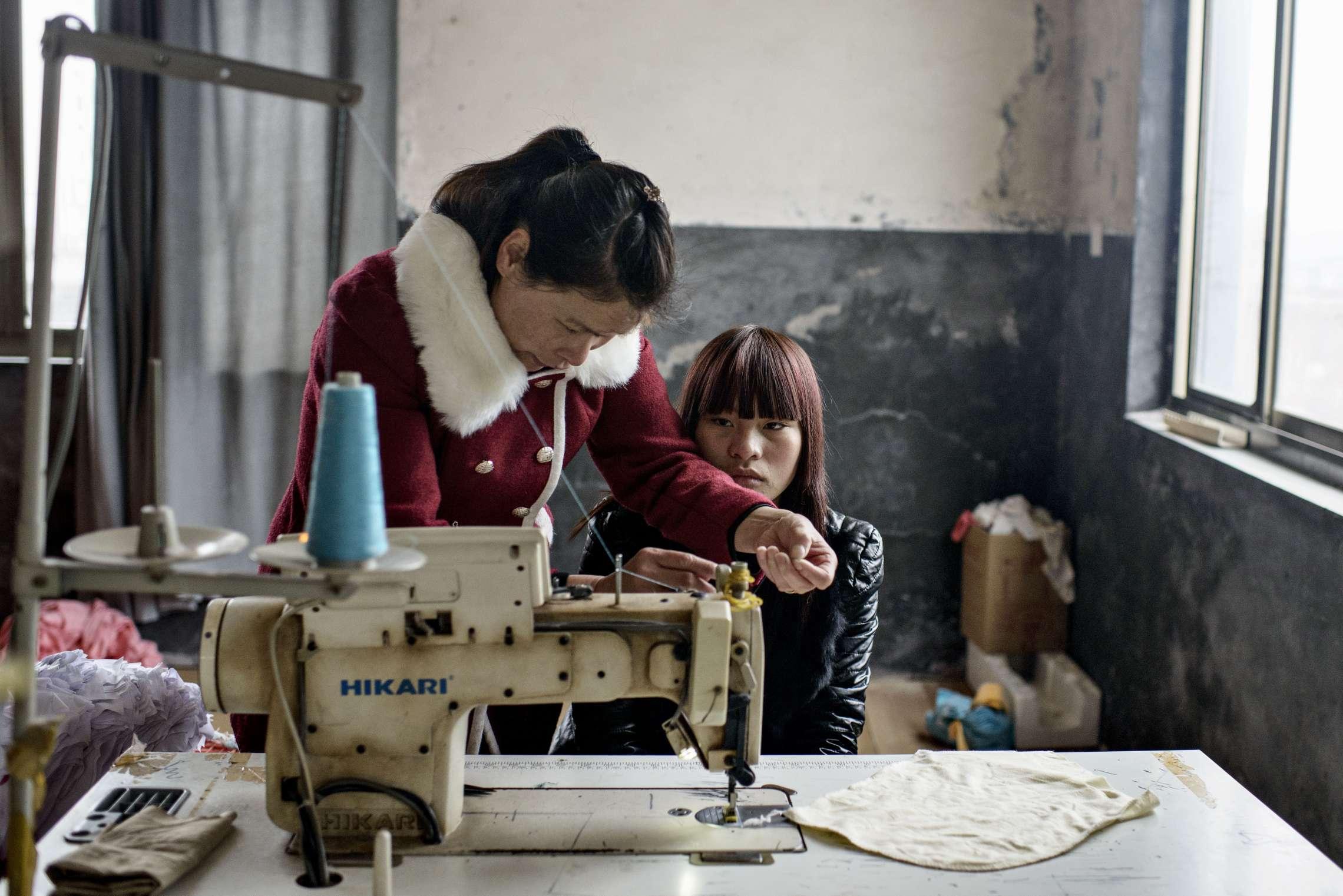 PK-nr: 10968Kategori: 8, dokumentar utland Dato: 19.03.2015Tittel: Hun reiser i morgenHovedtekst: Siden 1978 har Kina opplevd den største folkevandringen i verdenshistorien. Nærmere 160 millioner kinesere har reist fra lutfattige landsbyer for å finne arbeid i byene. I fjellandsbyen Hangsha i Hunan provinsen, står Rong Shi Yu (14) på klippen sammen med barndomsvenninnene sine, hånd i hånd på høye hæler, mens de blåser rosa bobler. De synger om gutter de ennå ikke vet hvem er, som skal gjøre dem lykkelige, og kanskje velstående. De synger om å høre til her i Lu Dong-fjellene, men i morgen pakker de trillekoffertene, reiser fra alt de kjenner, mot kysten og storbyene. Der venter Kinas mest effektive fabrikker med ti kroner i timen, ti timer hver dag. Men der venter også mulighetene for økonomisk uavhengighet. Bildetekst: Til sist får Shi Yu Rong (15) jobb. Fra nå av vil hun jobbe over ni timer hver dag i en tøyfabrikk. Men først må moren lære henne hvordan hun bruker en symaskin. Drømmen hennes er en dag å bli frisør.