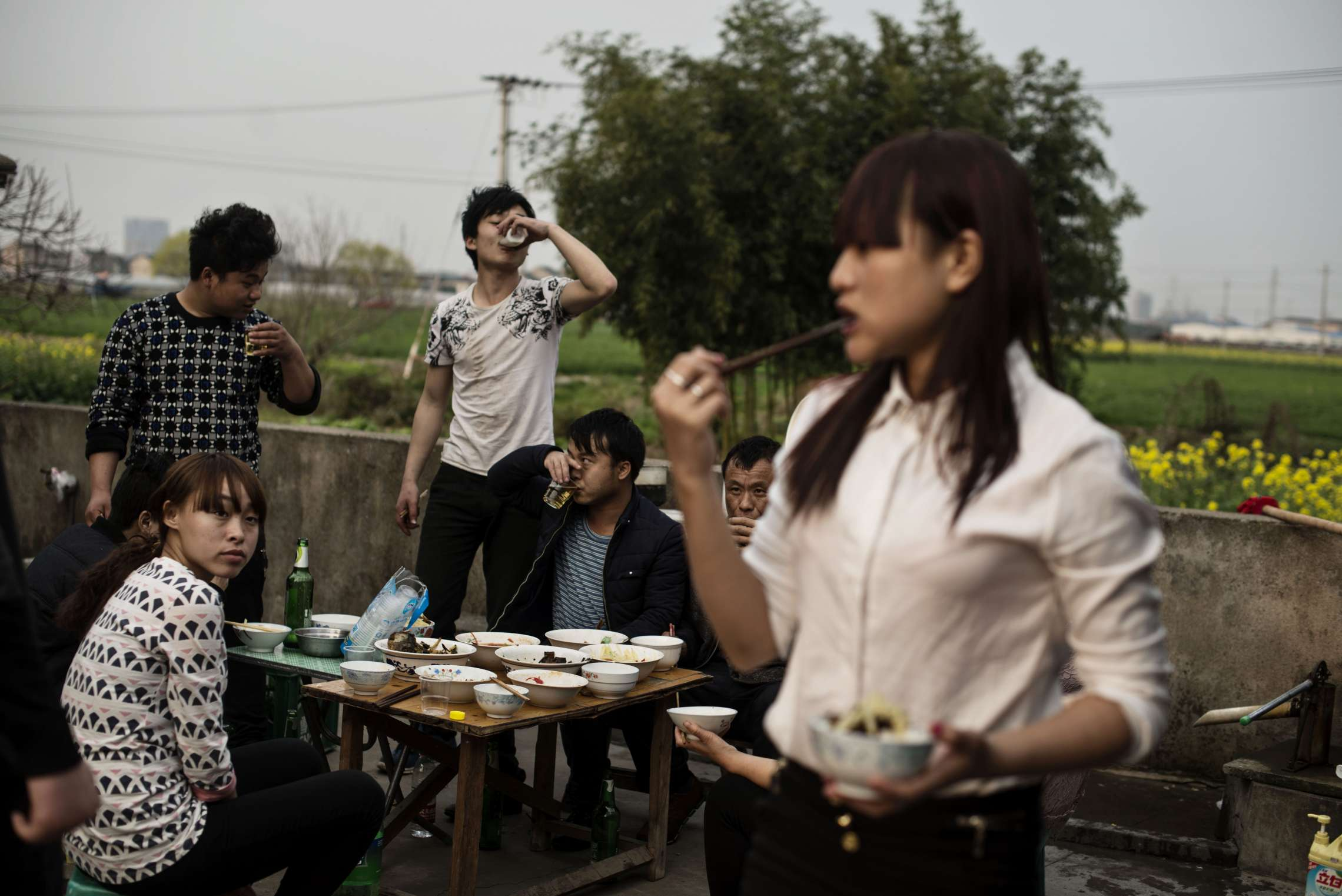 PK-nr: 10968Kategori: 8, dokumentar utland Dato: 20.03.2015Tittel: Hun reiser i morgenHovedtekst: Siden 1978 har Kina opplevd den største folkevandringen i verdenshistorien. Nærmere 160 millioner kinesere har reist fra lutfattige landsbyer for å finne arbeid i byene. I fjellandsbyen Hangsha i Hunan provinsen, står Rong Shi Yu (14) på klippen sammen med barndomsvenninnene sine, hånd i hånd på høye hæler, mens de blåser rosa bobler. De synger om gutter de ennå ikke vet hvem er, som skal gjøre dem lykkelige, og kanskje velstående. De synger om å høre til her i Lu Dong-fjellene, men i morgen pakker de trillekoffertene, reiser fra alt de kjenner, mot kysten og storbyene. Der venter Kinas mest effektive fabrikker med ti kroner i timen, ti timer hver dag. Men der venter også mulighetene for økonomisk uavhengighet. Bildetekst: Arbeidsmigranter følger ofte i hverandres fotspor og drar dit de kjenner flest fra samme landsby. I Cixi bor det flere familier fra Hangsha, og den første dagen der de alle ankommer etter det kinesiske nyttår, samles de.