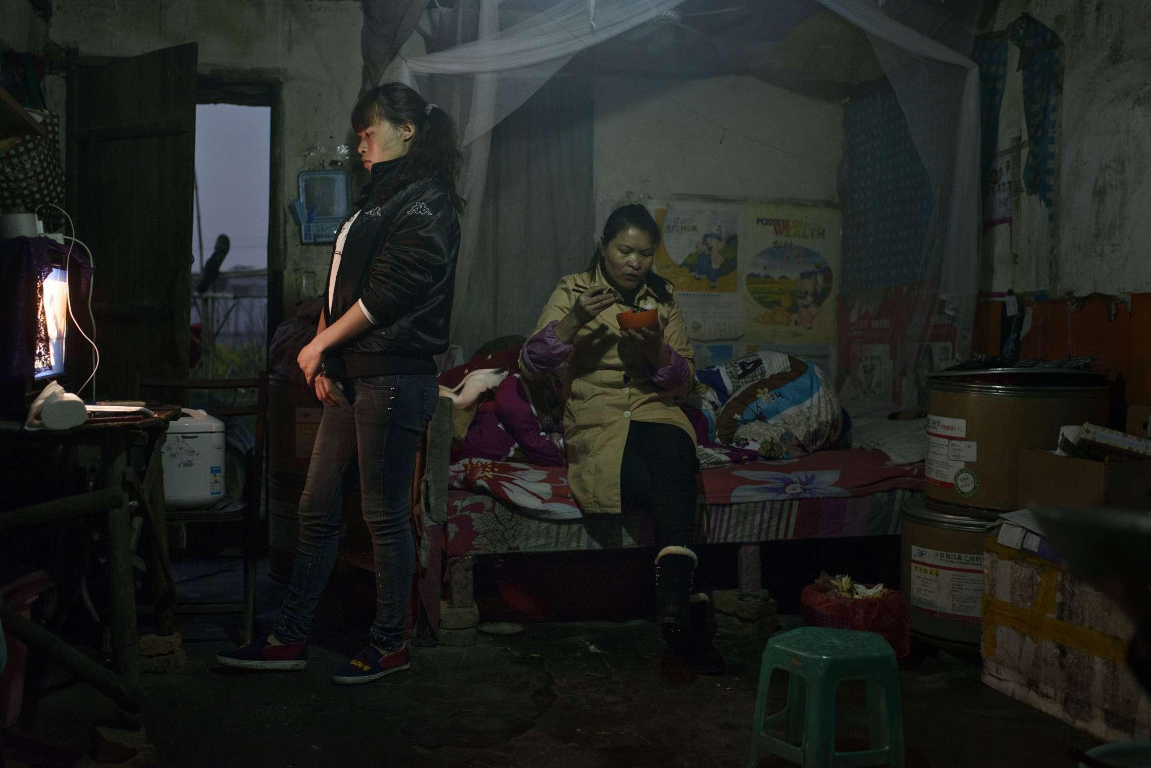 PK-nr: 10968Kategori: 8, dokumentar utland Dato: 23.02.2015Tittel: Hun reiser i morgenHovedtekst: Siden 1978 har Kina opplevd den største folkevandringen i verdenshistorien. Nærmere 160 millioner kinesere har reist fra lutfattige landsbyer for å finne arbeid i byene. I fjellandsbyen Hangsha i Hunan provinsen, står Rong Shi Yu (14) på klippen sammen med barndomsvenninnene sine, hånd i hånd på høye hæler, mens de blåser rosa bobler. De synger om gutter de ennå ikke vet hvem er, som skal gjøre dem lykkelige, og kanskje velstående. De synger om å høre til her i Lu Dong-fjellene, men i morgen pakker de trillekoffertene, reiser fra alt de kjenner, mot kysten og storbyene. Der venter Kinas mest effektive fabrikker med ti kroner i timen, ti timer hver dag. Men der venter også mulighetene for økonomisk uavhengighet. Bildetekst: Boforholdene i Cixi er enkle. Rong, søsteren og moren har et lite rom der de spiser og deler seng. Prognoser anslår at ytterligere hundre millioner kinesere har reist fra landsbyene sine innen 2020.