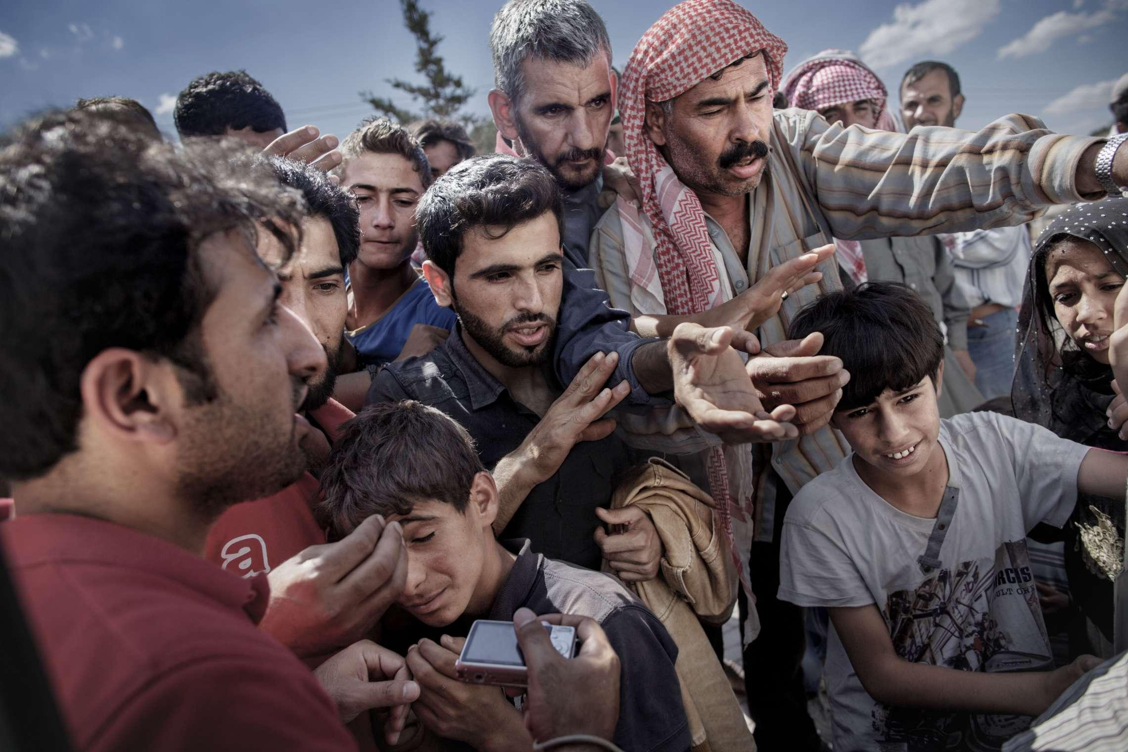 00619 14. Årets fotojournalist 20.06.2015 Syriske flyktninger venter rundt en varebil hvor frivillige deler ut vann og såpe i Akcakale, Tyrkia, på grensen mellom Tyrkia og Syria. Titusener krysset grensen mellom de to landene i 2015 for å komme unna krigen som herjer i Syria. Over en million flyktninger har kommet til Europa i 2015 via sjøveien, en stor andel av dem syrere som rømmer fra den brutale borgerkrigen i deres hjemland. De aller fleste av dem har fulgt ruten gjennom Tyrkia, Hellas, Balkan til nord-Europa. Tusener har omkommet i overfylte båter på Middelhavet, desperate flyktninger har levd i overfylte leire, europeiske myndigheter har stått overfor den største flyktningkrisen på kontinentet siden 2. verdenskrig. Krisen har skapt splittelse i EU, grensegjerder har blitt bygget, men mest av alt har den bragt de globale utfordringene inn på vår dørstokk. Jeg fulgte i flyktningene fotspor, fra grensen mellom Syria og Tyrkia, til Hellas, Makedonia, Serbia, Kroatia, Slovenia til Tyskland.