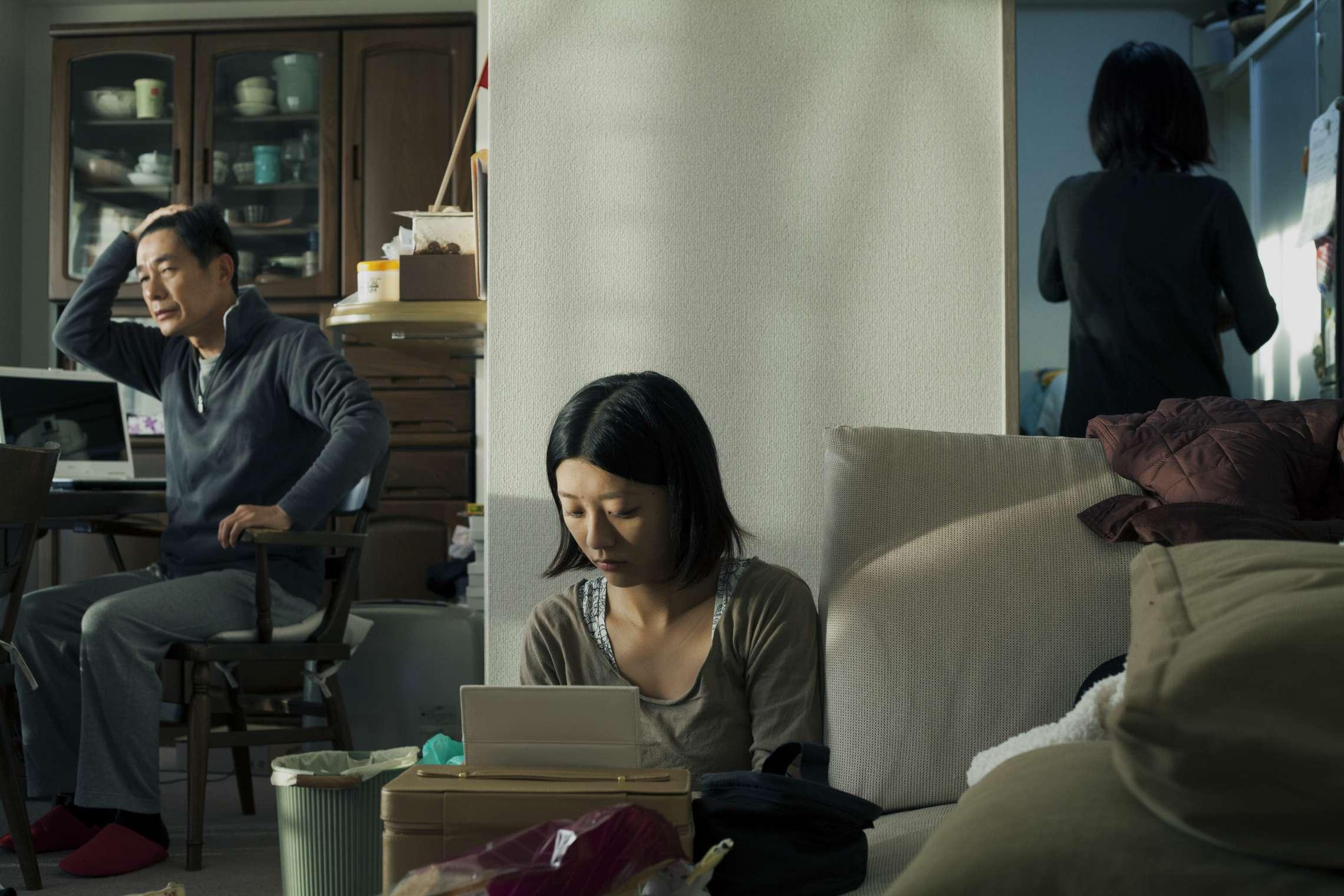 10836 Kategori: 11 05.12.2011 God kone, vis mor – Kvinner i Japan 08 Desember 2011. Mai (21) bor i drabantbyen utenfor Kobe med moren Chie (48) og søsteren Yuki (22). Det er vanlig å bo hjemme til man er gift. Faren, Masaaki som jobber som eiendomsmegler og bor og arbeider i Tokyo, kommer hjem på besøk én gang i måneden. Da tilbringer Mai og faren mye tid sammen. Mai studerer økonomi på Kwansai Gakuin Universitetet som ligger mellom Kobe og Osaka, og har allerede fått jobb for et internasjonalt farmasøytisk selskap. Hun ønsker å kombinere familie og et aktivt arbeidsliv, og stilte krav til gode fødselspermisjonsordninger da hun søkte jobb. I 2014 tok 58 % av alle kvinner og 65% av alle menn i Japan høyere utdanning. Selv om en stor andel av kvinnene tar lange utdannelser, har mange likevel ikke høyere ambisjoner enn å bli en såkalt Office Lady, eller sekretær. Disse stillingene har dårlige kontraktsvilkår, fordi det forventes at man slutter i jobben når man gifter seg. De siste tiårene har Japans økonomiske vekst ført til raske sosioøkonomiske forandringer. Høyere forventet levealder, lavere fødselsrate, høyere utdanningsnivå og omfattende urbanisering har hatt stor innvirkning på familielivet, og spesielt kvinners liv. Samtidig bygger skolesystemet, arbeidsmarkedet, mediene og lite effektive likestillingslover opp om et samfunn hvor kvinner har begrensede valgmuligheter. Dette resulterer ofte i at japanske kvinner må velge mellom familie- og yrkesliv. Frilans Fritt Ord, Anton Christian Houen og Conrad Mohrs legat for kunstneres formål og Scandinavia-Japan Sasakawa Foundation har støttet prosjektet.